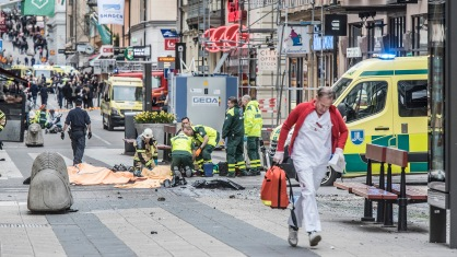 STOCKHOLM 2017-04-07 En man i en kapad lastbil mejade på fredagen ner människor på Drottninggatan i Stockholm. Ambulanspersonal tar hand om skadade. Foto: Tomas Oneborg / SvD / TT / Kod: 30142 ** OUT DN, Dagens Industri (även arkiv), Metro och Expressen **